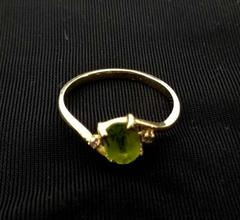 August Birthstone Ring Peridot Green Crystal Gold Tone Twisted Band Size 6.5