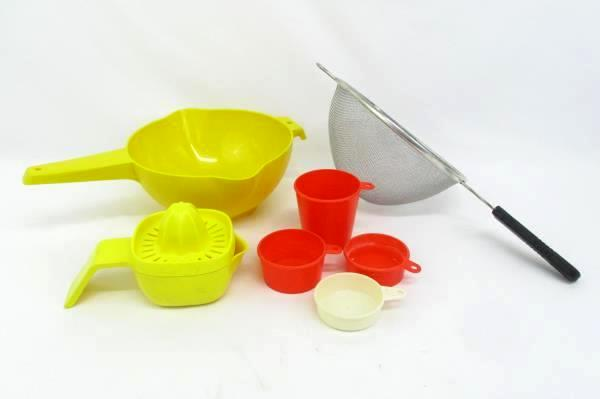 Vintage Lot of 7 Kitchen Utensils Metal & Plastic Strainer Measuring Cups Juicer