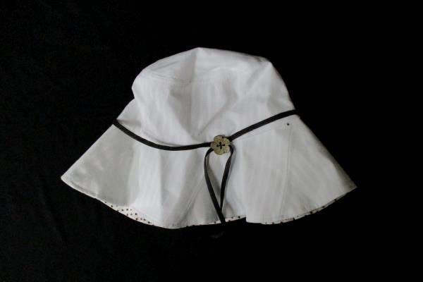 Lot of 2 Women's White Sur La Tete Bucket Hat & Indigo Cheetah Print Top Med